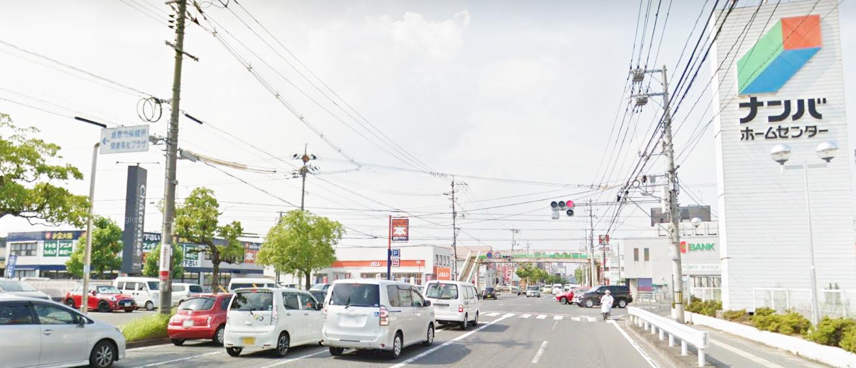 右手にナンバホームセンターが見えたら笹沖歩道橋交差点を左折。